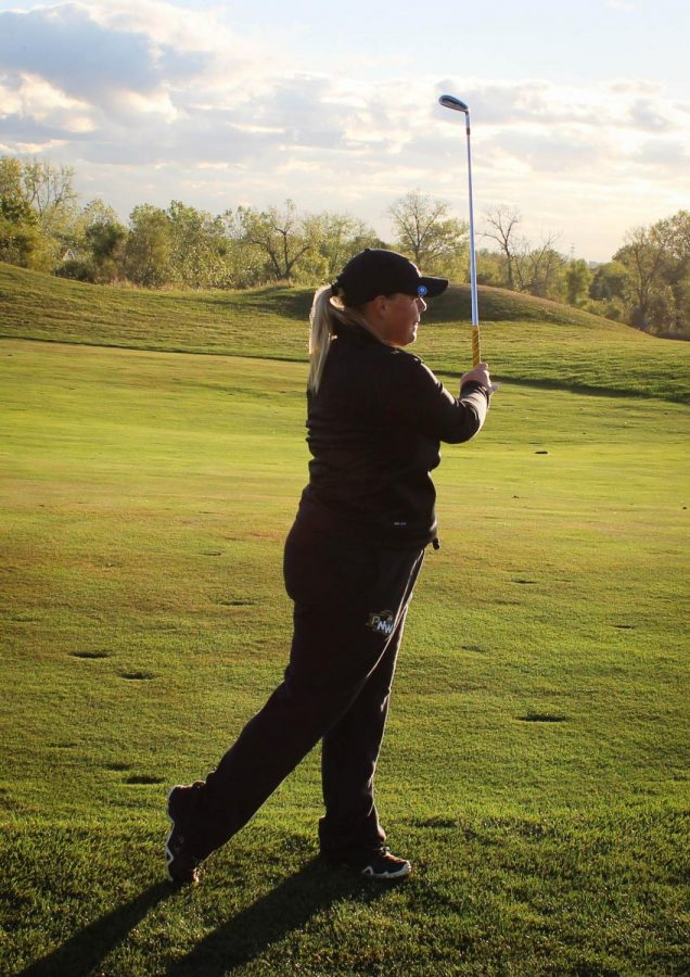 Lauren+Bailey%2C+sophomore+marketing+major%2C+practices+her+swing+for+the+upcoming+invitational.