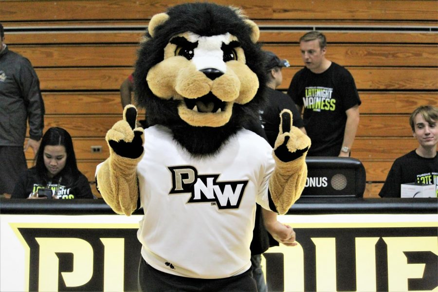 PNW%E2%80%99s+mascot%2C+Leo+the+Lion%2C%0Acheers+on+the+basketball%0Ateam+at+Late+Night+Madness